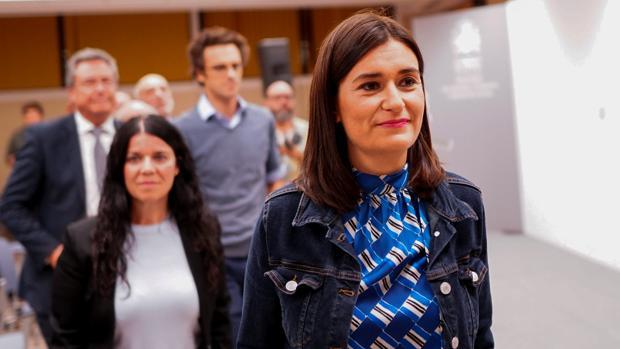 Carmen Montón abandona la sede del Ministerio de Sanidad tras anunciar su dimisión