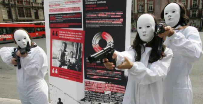 Acto de protesta llevado a cabo por miembros de la ONG Intermón-Oxfam en Bilbao (El País)