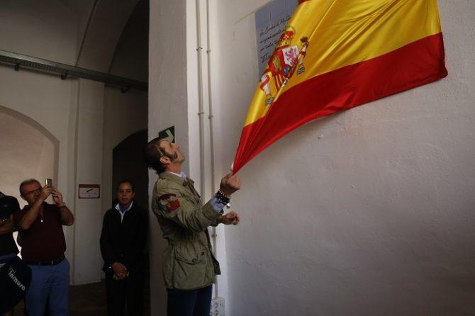 Padilla descubriendo una placa en la plaza de toros de Melilla.