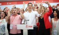 Pedro Sánchez y sus adeptos cantan la Internacional