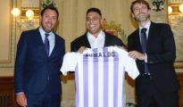 Ronaldo, junto al alcalde de Valladolid, Óscar Puente, y al presidente del club, Carlos Suárez.
