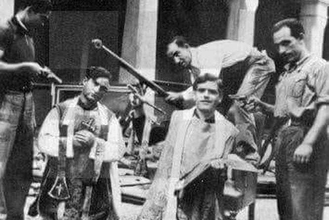 Dos sacerdotes momentos antes de ser asesinados por milicianos rojos