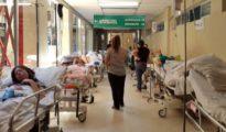 Pacientes españoles tienen que permanecer en el pasillo de un hospital