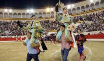 Padilla y Fortes salen a hombros de la plaza de toros de Melilla.