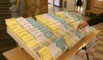 En las elecciones suecas, cada partido tiene su papeleta con su nombre bien visible. Las papeletas están a la vista de todos, con lo cual cualquiera puede ver por quién se va a decantar el votante. Como consecuencia de ella, puede que algunos electores se sintieran intimidados y se mostraran reluctantes a revelar en público que querían votar por la formación Demócratas Suecos, contraria a la inmigración.