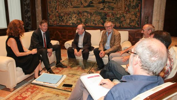 Imagen de Ximo Puig junto a la junta directiva de ACPV tomada este lunes en el Palau de la Generalitat