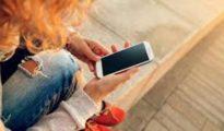 Una chica con un teléfono en una imagen de archivo