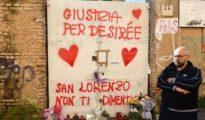 La entrada de la conocida como «Casa de la droga», en el barrio de San Lorenzo (Roma) con mensajes de condolencia: «Justicia para Desirée. San Lorenzo no te olvida»