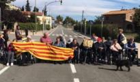 El grupo de ancianos de la residencia Llorens Pressegué cortando la carretera - TWITTER
