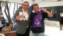 Un militante de Podemos posando con Armando Robles en la campaña para las elecciones municipales en Málaga.