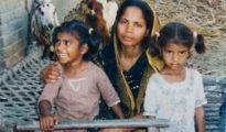 """Asia Bibi y dos de sus cinco hijos, antes de ser llevada al 'corredor de la muerte' por """"blasfemia"""" en 2010."""
