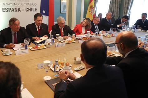 Imagen del presidente de la CEOE, Juan Rosell, en una reunión esta semana con el presidente de Chile.