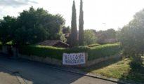 Imagen del chalé de Pablo Iglesias con una pancarta dando la bienvenida a los refugiados.