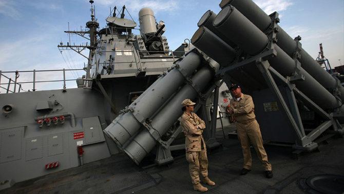 Miembros de la Armada de EE. UU. a bordo del destructor USS Higgins