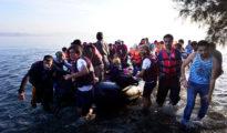 Un grupo de inmigrantes llega a la isla griega de Kos luego de cruzar el Egeo desde Turquía en una lancha de caucho. 15 de agosto de 2015.