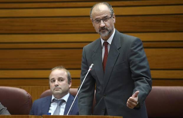 El portavoz de Ciudadanos, Luis Fuentes (d), durante una de sus intervenciones en la sesión plenaria