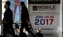 Varios asistentes durante la pasada edición del Mobile World Congress de Barcelona