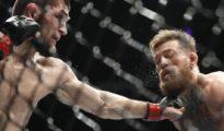 Nurmagomedov conecta una izquierda en un momento del combate