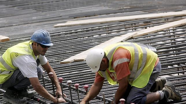 Dos obreros en una construcción de Valencia