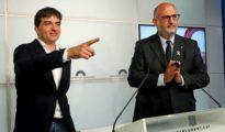 El portavoz de ERC, Sergi Sabrià, y el de JxCat, Eduard Pujol, explicando el acuerdo