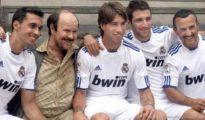 Torrente rodeado de jugadores del Real Madrid.