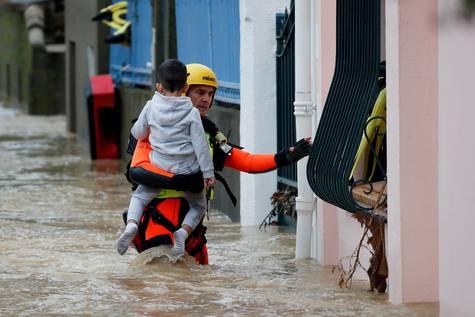 Bomberos trabajan en las operaciones de erescate después de las inundaciones en Trèbes (Francia).