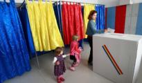 Una mujer vota en Bucarest