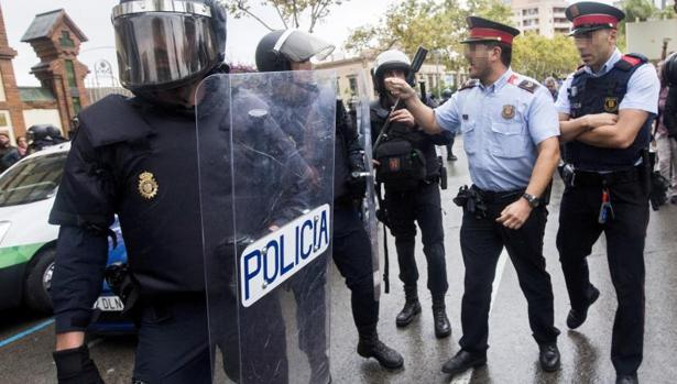 Mossos d'Esquadra y agentes de la Policía Nacional, el 1 de octubre de 2017 en Hospitalet de Llobregat