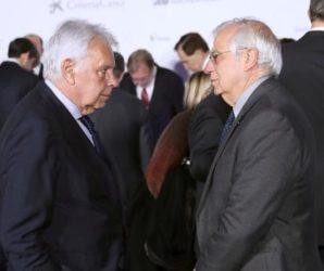 El ministro de Asunto Exteriores Josep Borrell (d), y el expresidsente del gobierno de España Felipe González