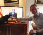 Josep Anglada, con su mascota en su casa de Vic.