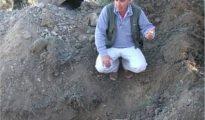 Luis Avial, director de Condor Georadar, muestra los huesos hallados en la fosa.