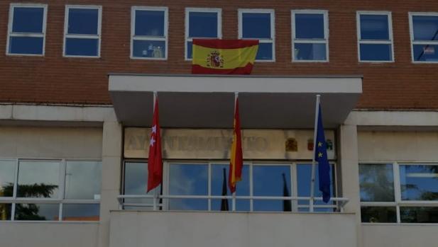 Banderas en la entrada de la Casa Consistorial de Mejorada, y sobre ellas, la que ha colocado el PP en su despacho