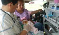 Fotografía cedida por el Ministerio de Salud de Bolivia de la evacuación de la bebé.
