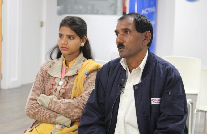 Ashiq Masih, marido de Asia Bibi, junto con una de las hijas de ambos, Eisham Ashiq, haciendo campaña por su liberación en 2015.