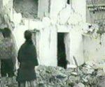 Unos nños observan parte de la destrucción de Cabra, Córdoba, tras los bombardeos republicanos