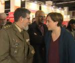 Colau indica a un militar que no es bienvenido en el Salón de educación