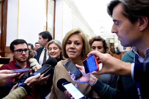 Mª Dolores de Cospedal responde a la prensa.