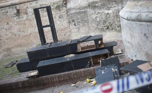 Así ha quedado la cruz de los caídos del patio de los Naranjos de la Catedral de Málaga (Sur)