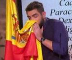 Dani Mateo ultrajando la bandera.