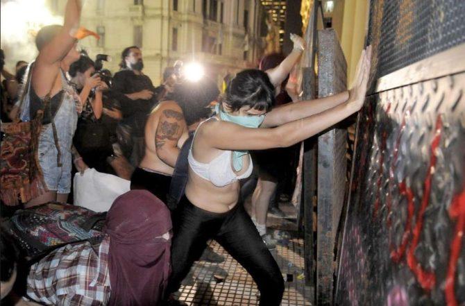 Feministas atacan la catedral de Buenos Aires.
