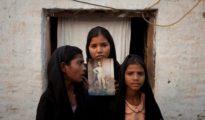 Las hijas de Asia Bibi posan con un retrato de su madre