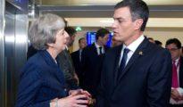 Theresa May y Pedro Sánchez conversan en Bruselas.