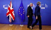 Teresa May, primera ministra británica, abandona la sala de prensa este sábado junto al president de la Comisión Europea, Jean-Claude Juncker.