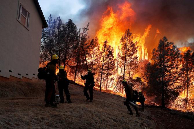 Bomberos luchan contra las llamas en Camp Fire en Paradise, California