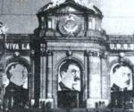 La puerta de Alcalá de Madrid con el retrato de Stalin durante la II República
