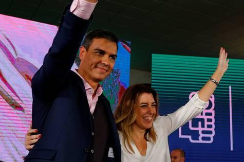 El presidente de España, Pedro Sánchez, con Susana Díaz, presidenta de la Junta de Andalucía, durante un acto de campaña en Chiclana de la Frontera este domingo.