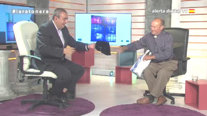 El Padre Jesús Calvo hace entrega del tricornio de Tejero a Armando Robles