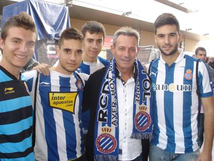 Josep Anglada, con aficionados del Espanyol.