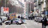 Agentes de la Policía en el barrio en el que se escondió el terrorista.