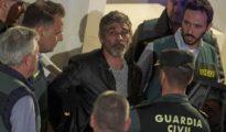 Bernardo Montoya sale esposado para su ingreso en prisión.